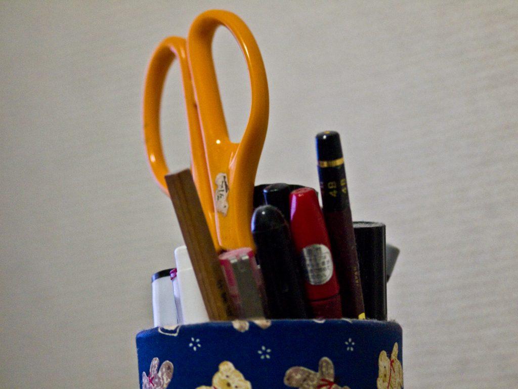 ペン立ての断捨離。ハサミ、ペン、鉛筆